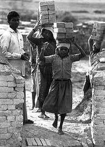 Στο νεπάλ παιδιά κουβαλούν